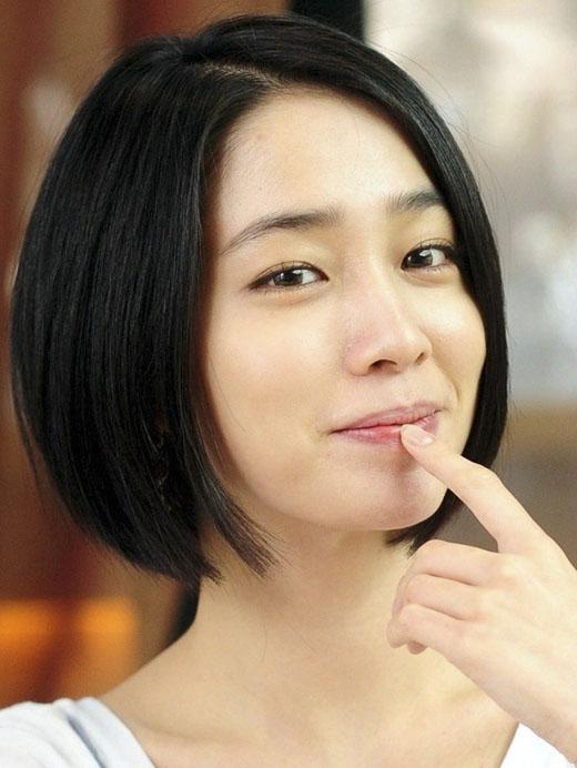 Để tóc suôn thẳng, áp sát vào mặt góp phần làm gươngmặt bạn trở nên thon gọn hơn. (Ảnh: Internet)