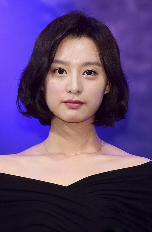 Kim Ji Won trông vô cùng nữ tính với kiểu tóc ngắn uốn xoăn nhẹ và để đen. (Ảnh: Internet)
