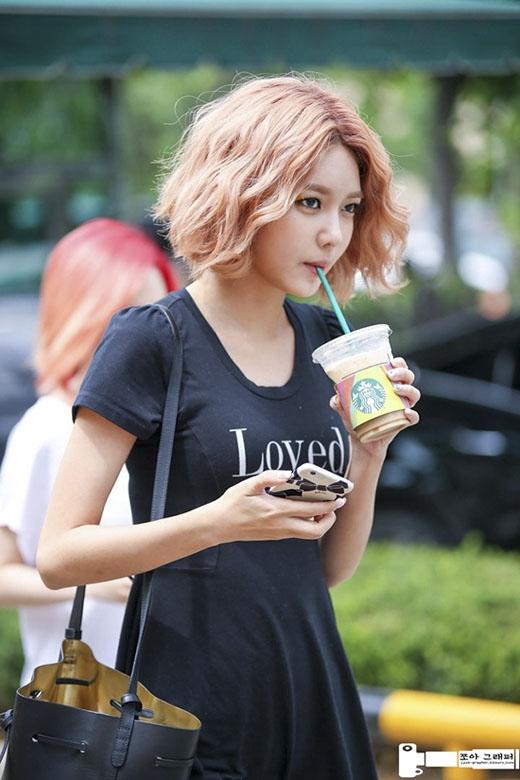 Uốn xù và nhuộm sáng là cách giúp Sooyoung khẳng định sức cuốn hút của mình. (Ảnh: Internet)