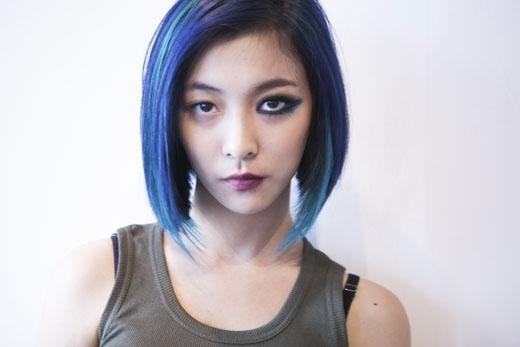 Cắt tóc chuối và nhuộm xanh cùng với lối trang điểm đậmLuna f(x) trông giống như một nữ sát thủ lạnh lùng. (Ảnh: Internet)