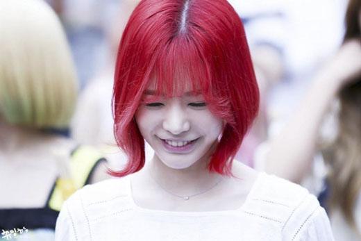 Cùng là kiểu tóc chuối nhưng Sunny trông nữ tính hơn hẳn khi uốn nhẹ phần đuôi tóc và trang điểm trong suốt. (Ảnh: Internet)