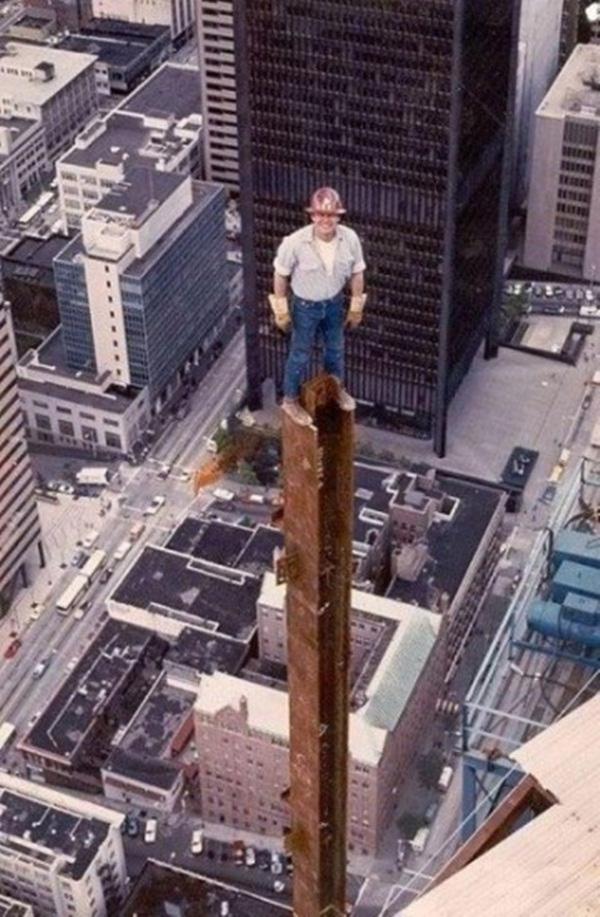 1. Bức ảnh được chụp trong thời gian xây dựng tòa nhà Columbia ở Seattle, bang Washington, Mỹ. Nhiều người tự hỏi không biết bằng cách nào anh công nhân có thể đứng vững trên cột sắt ở độ cao như vậy mà không cần bám vào vật nào.