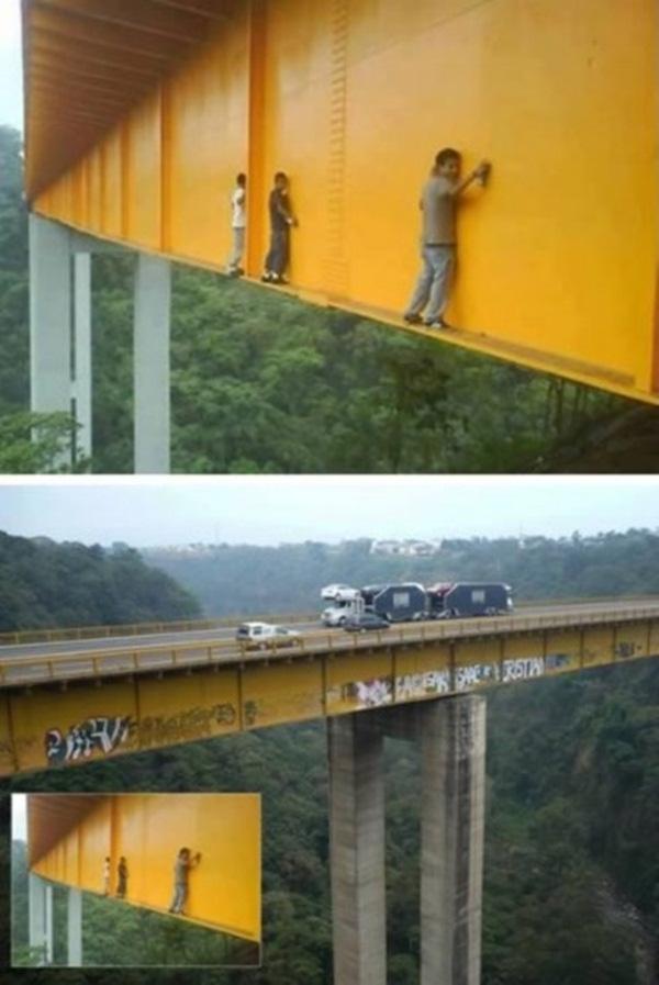 5. Những anh chàng mạo hiểm chỉ để viết tên mình lên cây cầu cao như vậy. Có khi nào một cơn gió cũng làm họ ngã xuống.
