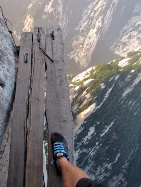 11. Bạn có dám đặt chân lên miếng gỗ này?