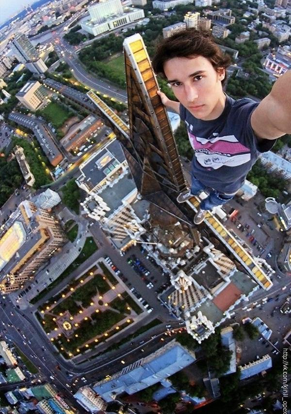 """14. Một anh chàng thích """"thách thức tử thần"""" còn dám tự sướng trên nóc nhà cao tầng."""