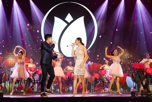 Màn biểu diễn vô cùng lôi cuốn với giọng hát đầy cảm xúc và sự kết hợp ăn ý cùng những màn tình cảm ngọt ngào của hai ngôi sao Vietnam Idol. - Tin sao Viet - Tin tuc sao Viet - Scandal sao Viet - Tin tuc cua Sao - Tin cua Sao