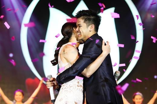 """Cái ôm tình cảm của 2 ngôi sao VietNam Idol ngay khi kết thúc bài hát khiến các fan """"vỡ òa"""" vì phấn khích. - Tin sao Viet - Tin tuc sao Viet - Scandal sao Viet - Tin tuc cua Sao - Tin cua Sao"""