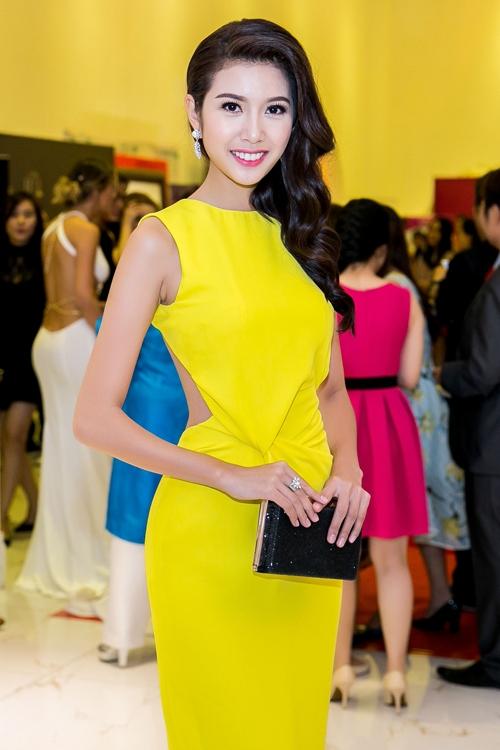 Trong đêm tiệc trao giải 50 nữ lãnh đạo quốc tế xuất sắc 2016, Thúy Vân trở thành tâm điểm trên thảm đỏ khi diện bộ váy với sắc vàng rực rỡ, ấm áp. Thiết kế tạo điểm nhấn bởi chi tiết cắt, khoét ở phần eo.