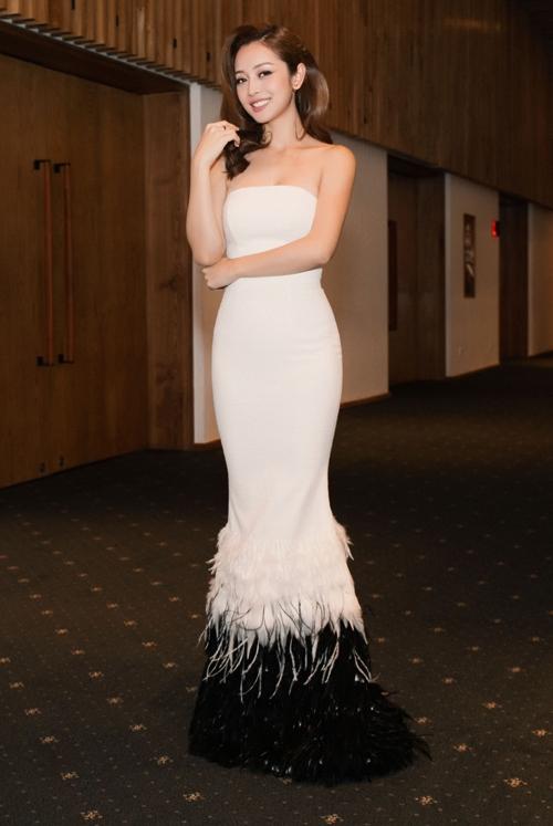 Bộ váy dài ôm sát đơn giản của Jennifer Phạm trở nên bắt mắt, thu hút hơn nhờ phần lông đính kết phân tầng ở chân váy.