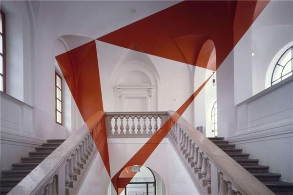 Những vệt sơn đỏ do Felice Varini thiết kế. (Ảnh: Kickvick)