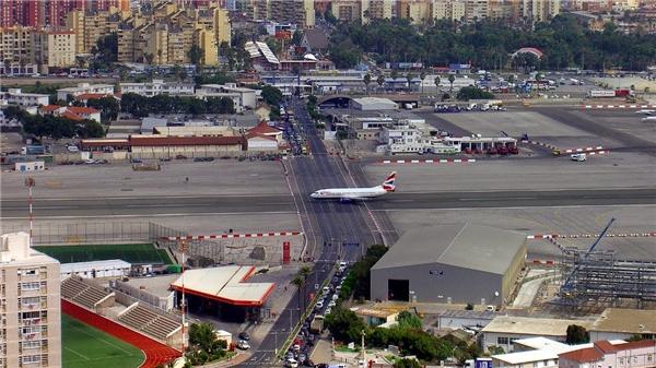 Một con đường cắt ngang đường băng ở sân bay quốc tế Gibraltar. (Ảnh: Reddit)