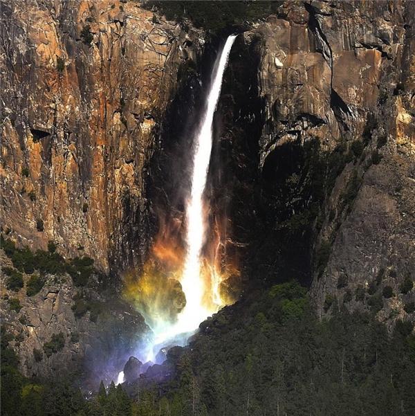 Khi cầu vồng xuất hiện ở thác nước. (Ảnh: Caters News Agency)