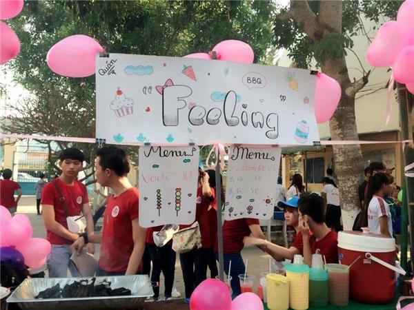 Ngoài các hoạt động tặng quà và hoa, nhiều trường học còn tổ chức tổ chức thi tài bán hàng dành cho các nam sinh. (Ảnh: Internet)