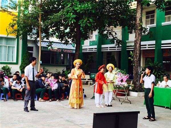 Các học sinh của trường học này lại cùng tham gia dựng những vở kịch để ca ngợi người phụ nữ Việt Nam. (Ảnh: Internet)