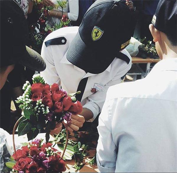 Một vài nam sinh đang tích cực thi tài cắm hoa. (Ảnh: Internet)