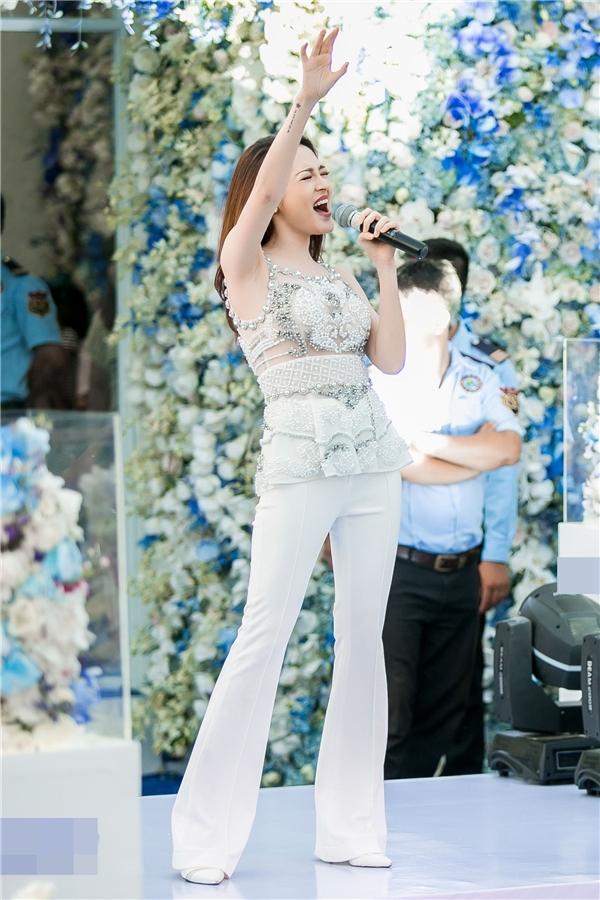 Nữ ca sĩ khuấy động không khí bằng những ca khúc hit của cô. - Tin sao Viet - Tin tuc sao Viet - Scandal sao Viet - Tin tuc cua Sao - Tin cua Sao