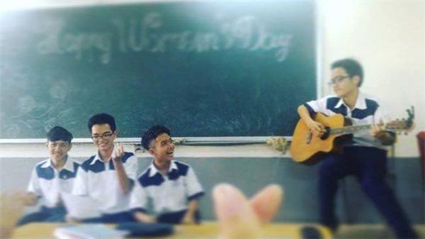 Những bạn trai đáng yêu đang hát tặng cho nữ sinh lớp mình. (Ảnh: Internet)