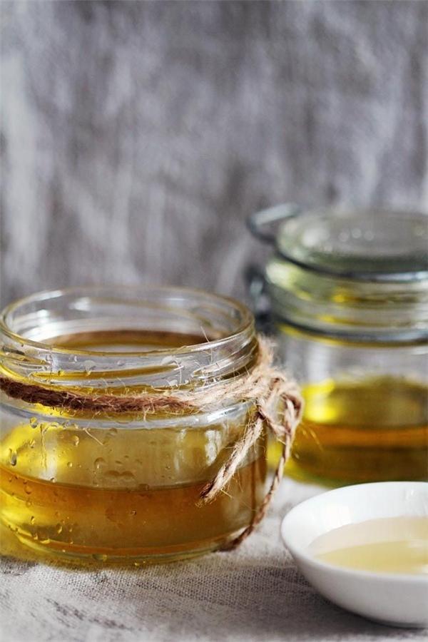 Hấp dầu bằng dầu ô liu và dầu dừa. (Ảnh: Internet)