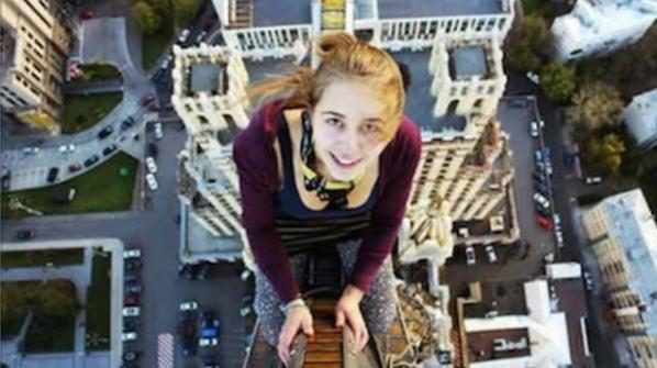 Cô gái 17 tuổi- Xenia đã không may tử vong sau khi chụp bức ảnh này. Đây là bức ảnh chụp trong trào lưu chụp ảnh selfie trên một cây cầu nổi tiếng ở Nga. (Ảnh: Internet)