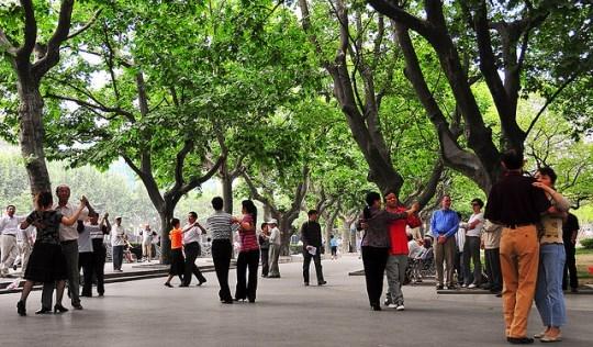 Cùng một nửa của mình dạo quanh công viên ngắm nhìn những cô bác nắm tay nhau khiêu vũ, những đứa trẻ nô đùa, bạn sẽ thấy cuộc sống bình yêu và giản dị vô cùng. (Ảnh Internet)