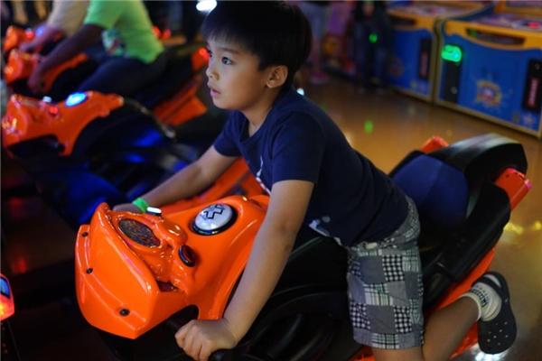 Trong những chia sẻ trước đây, Lam Trường cho biết con trai khá yêu thích những trò chơi mạo hiểm, liên quan đến khoa học, kĩ thuật, xe hơi và cả vũ trụ… - Tin sao Viet - Tin tuc sao Viet - Scandal sao Viet - Tin tuc cua Sao - Tin cua Sao