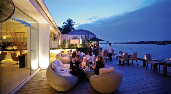 The Deck Saigon - thưởng thức một bữa tối Âu Á ngon tuyệt và ngắm nhìn phong cảnh dòng sông êm đềm, nên thơ về đêm sẽ mang đến cho bạn và người ấy một ngày 8/3 thật đặc biệt.(Ảnh: Internet)
