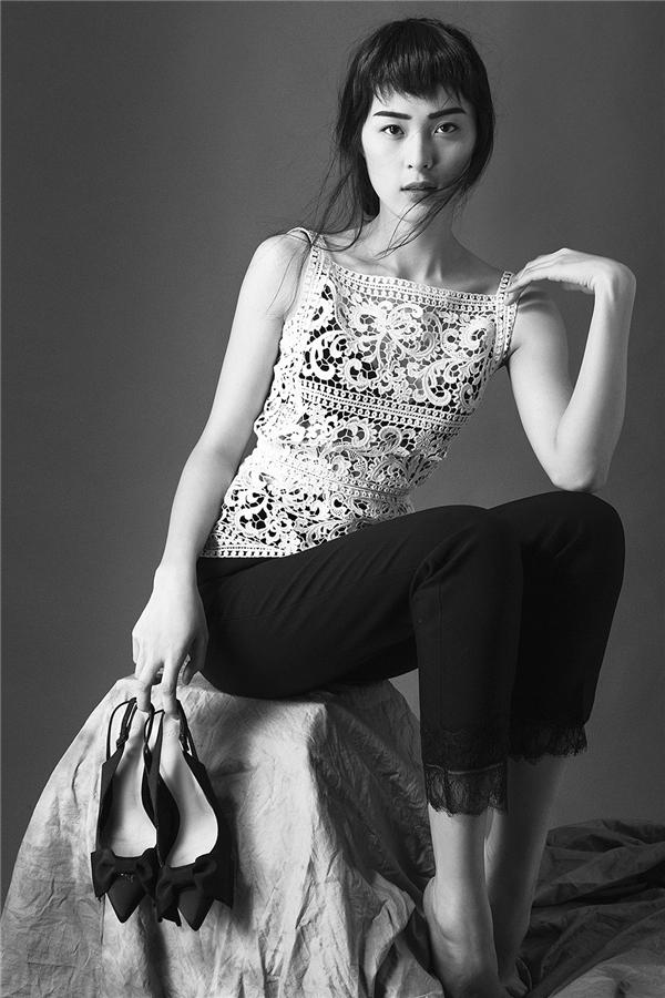 Quay trở lại với bộ sưu tập ren đặc biệt Xuân Hè 2016 của Lâm Gia Khangkhắc họa hình ảnh người phụ nữ với phong thái nữ tính, mềm mại và luôn muốn tô điểm cho bản thân đẹp hơn.