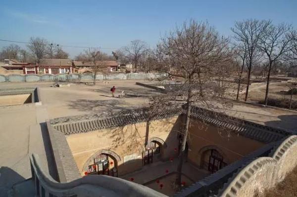 """Thiên Tỉnh viện (Địa Khanh viện)đã có lịch sử hơn 4000 năm, chúng được coi là """"Tứ hợp viện dưới lòng đất"""" của người phương Bắc Trung Quốc. Những ngôi làng cổ dưới lòng đất này cũng được xem là tàn dư của các hang động mà người cổ đại đã sử dụng làm nơi sinh sống. (Nguồn Internet)"""