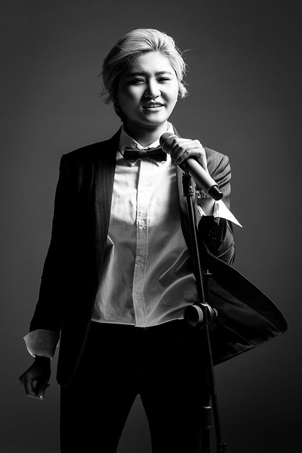 Vicky Nhung diện trang phục mang đậm hơi thở của phái mạnh. Vẻ ngoài cá tính của cô nàng gần như không thể hòa lẫn vào đâu.