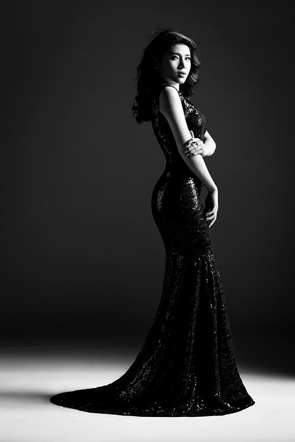 Tố Ny lộng lẫy trong không gian tương phản giữa sáng tối, đen trắng. Nữ ca sĩ diện bộ trang phục ôm sát khoe đường cong hoàn hảo trên cơ thể.
