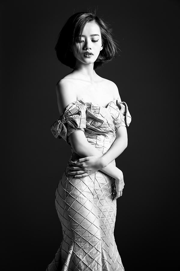 Kim Chi- chân dài nhà Venusdiện thiết kế được tạo điểm nhấn bởi những đường gân vải, họa tiết bắt mắt.
