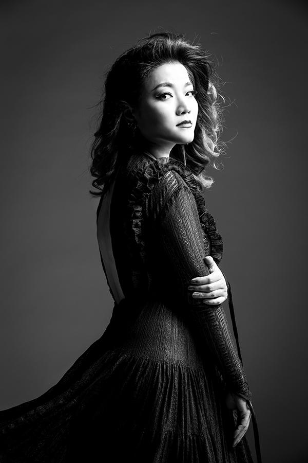 ... vàYuna Kim lànhững chuyên viên làm đẹp đứng sau sự tỏa sáng của nhiều nghệ sĩ, ngôi sao trên sân khấu. Mọi đóng góp dù lớn hay nhỏ của người phụ nữ vẫn đáng được trân trọng.