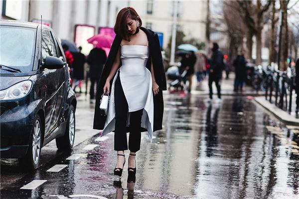 Trên nền hai tông màu trắng, đen kinh điển, Trâm Nguyễn khéo léo phối áo dáng váy xẻ tà cùng quần legging ôm sát. Chiếc vòng cổ chocker nhỏ xinh giúp tổng thể trở nên bắt mắt, cá tính hơn.