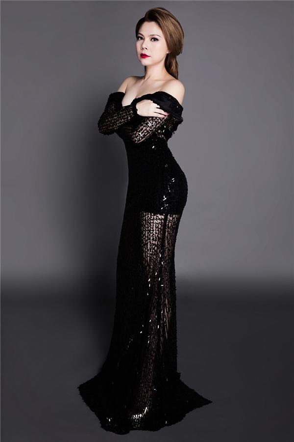 Cô thường chọn áo dài hoặc váy dạ hội sang trọng để xuất hiệntrên sân khấu truyền hình. - Tin sao Viet - Tin tuc sao Viet - Scandal sao Viet - Tin tuc cua Sao - Tin cua Sao