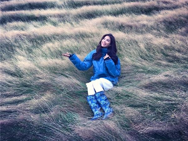 Loạt hình ảnh Phạm Hương mới chia sẻ trên trang cá nhân nhanh chóng thu hút hàng nghìn lượt yêu thích của khán giả, người hâm mộ. Cô tạo dáng tinh nghịch giữa cánh đồng cỏ đẹp như tranh vẽ. - Tin sao Viet - Tin tuc sao Viet - Scandal sao Viet - Tin tuc cua Sao - Tin cua Sao