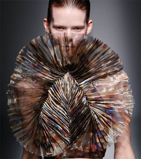 Trên nền chất liệu tơ lụa mỏng tang, những vệt màu loang làm người đối diện phải hình dung ngay đến một thế giới mơ hồ, huyền ảo đầy màu sắc. Chất liệu và kĩ thuật nhuộm màu này đã được ứng dụng khá rộng rãi trong mùa mốt 2015 vừa qua.