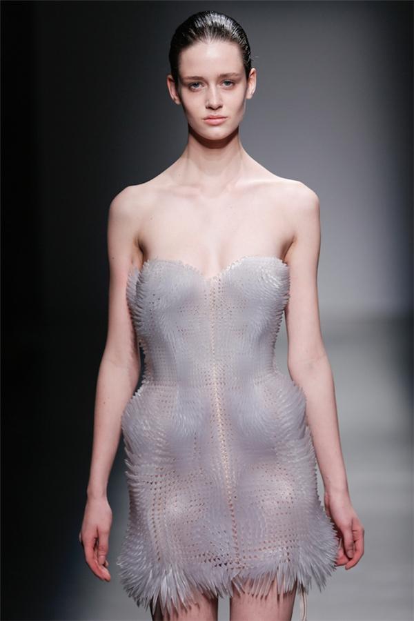 Bộ váy có thiết kế đơn giản nhưng tạo cho người xem cảm giác mềm mại từ chất liệu được xử lí kì công.