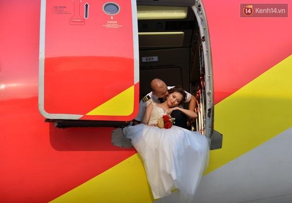 """Bộ ảnh cưới độc đáo được thực hiện trên sân bay, trong buồng lái với concept ấn tượng là món quà cưới Tiến Cường tặng bạn gái nhân ngày 8/3 với sự """"giúp sức"""" của đồng nghiệp, sự chấp thuận của cơ quan quản lý hàng không."""