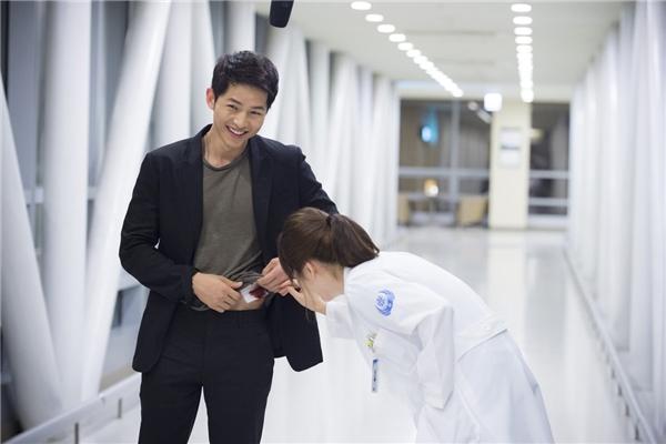 """""""Chỉ là khử trùng thôi mà, bác sĩ điều trị quan trọng thế sao?"""" - """"Quan trọng lắm đó, đặc biệt lại là… một bác sĩ xinh đẹp."""". Chắc hẳn các """"soái ca"""" trong truyện ngôn tình cũng phải """"xách dép"""" trước trình độ tán gái của Yoo Shi Jin."""