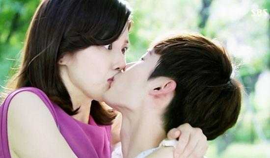 """Các cô gái thường rất thích nhữngnụ hôn """" không báo trước"""" như thế này. (Ảnh: Internet)"""