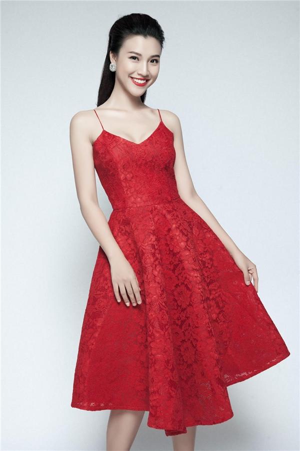 Bên cạnh những chiếc đầm dài ôm sát cơ thể, thì chiếc váy dáng chữ A cũng nằm trong danh sách yêu thích của Á hậu phụ nữ Việt Nam. - Tin sao Viet - Tin tuc sao Viet - Scandal sao Viet - Tin tuc cua Sao - Tin cua Sao