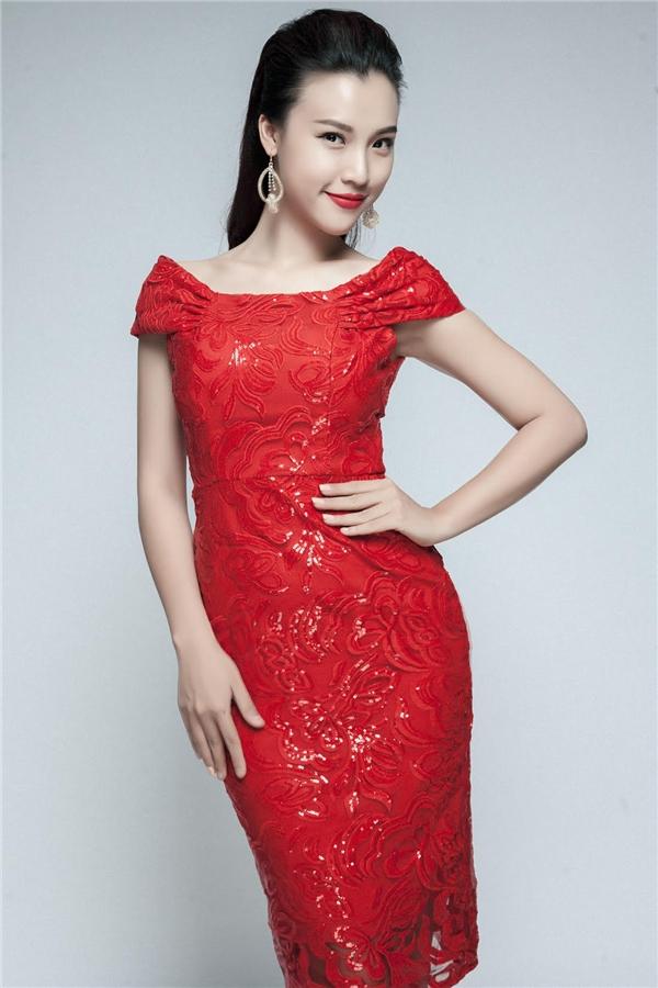 Lựa chọn trang phục đỏ giúp tôn lên làn da trắng ngần của Hoàng Oanh. - Tin sao Viet - Tin tuc sao Viet - Scandal sao Viet - Tin tuc cua Sao - Tin cua Sao