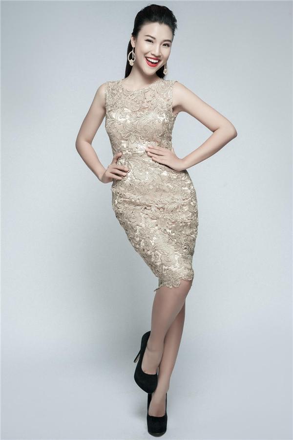 Hoàng Oanh trong bộ váy với những đường cong đắt giá khéo léo khoe bờ vai trần gợi cảm. - Tin sao Viet - Tin tuc sao Viet - Scandal sao Viet - Tin tuc cua Sao - Tin cua Sao