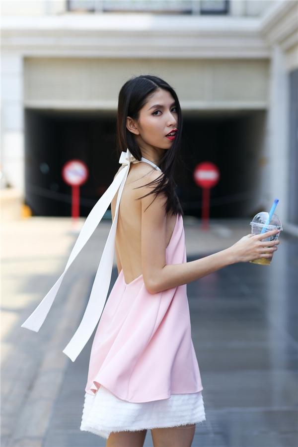 Với những cô nàng ưa chuộng vẻ ngoài trẻ trung, gợi cảm, dáng váy cổ yếm khoét lưng sẽ là một gợi ý tuyệt vời.