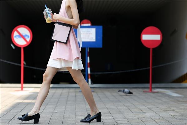 Thùy Dương sải bước trên phố vừa nhẹ nhàng nhưng không kém phần kiêu sa, quyến rũ. Phụ kiện đi kèm cũng được nữ người mẫu chọn phối đồng điệu với trang phục.