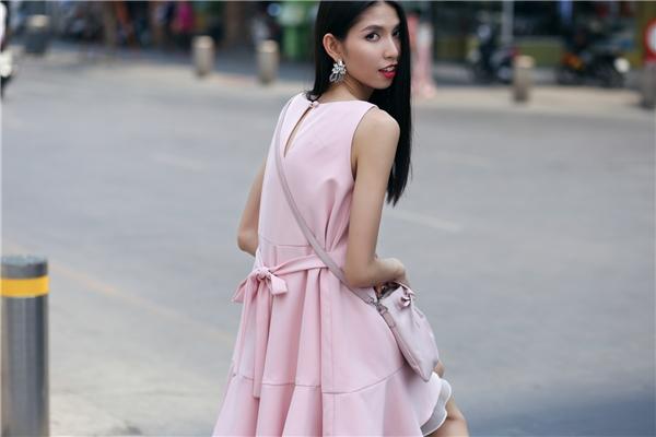 Có thể nói sắc hồng dường như đã trở thành đặc quyền của phái đẹp. Dù với váy áo điệu đà hay trang phục cá tính, hiện đại, họ vẫn thu hút và nổi bật.