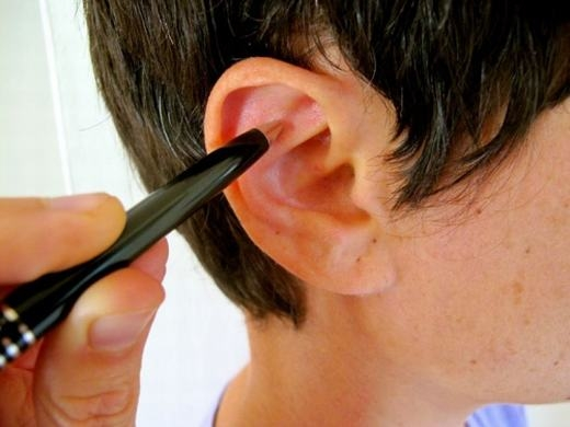 Bạn có thể dùng bút, tăm bông... (Ảnh: Internet)