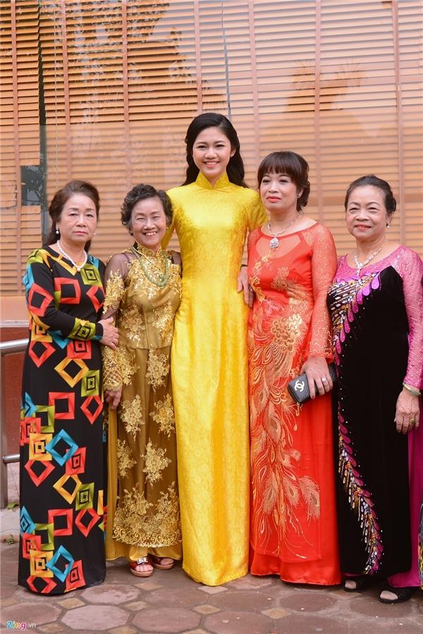 Em gái Trà My (áo dài màu vàng) sở hữu chiều cao nổi bật, cũng tất bật chuẩn bị cho lễ ăn hỏi của chị. - Tin sao Viet - Tin tuc sao Viet - Scandal sao Viet - Tin tuc cua Sao - Tin cua Sao