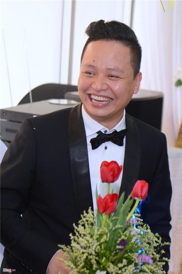 Chú rể Lê Hoàn cười rạng rỡ trong ngày vui. Lễ cưới của cặp đôi dự kiến diễn ra vào giữa tháng 3. - Tin sao Viet - Tin tuc sao Viet - Scandal sao Viet - Tin tuc cua Sao - Tin cua Sao