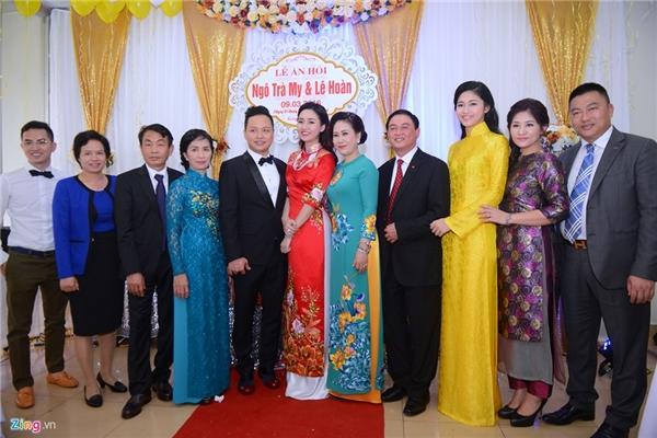 Cô dâu - chủ rể chụp ảnh cùng gia đình hai họ. - Tin sao Viet - Tin tuc sao Viet - Scandal sao Viet - Tin tuc cua Sao - Tin cua Sao